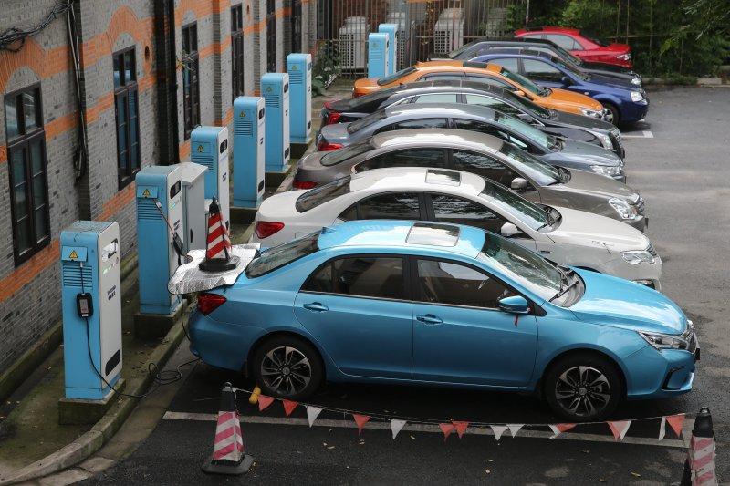 中國官媒點名,新能源車行業甩鍋客戶、虛假宣傳等問題逐漸浮現,部分企業更是「紙上造車」,還沒賣一輛車,市值就幾千億。(新華社資料照)