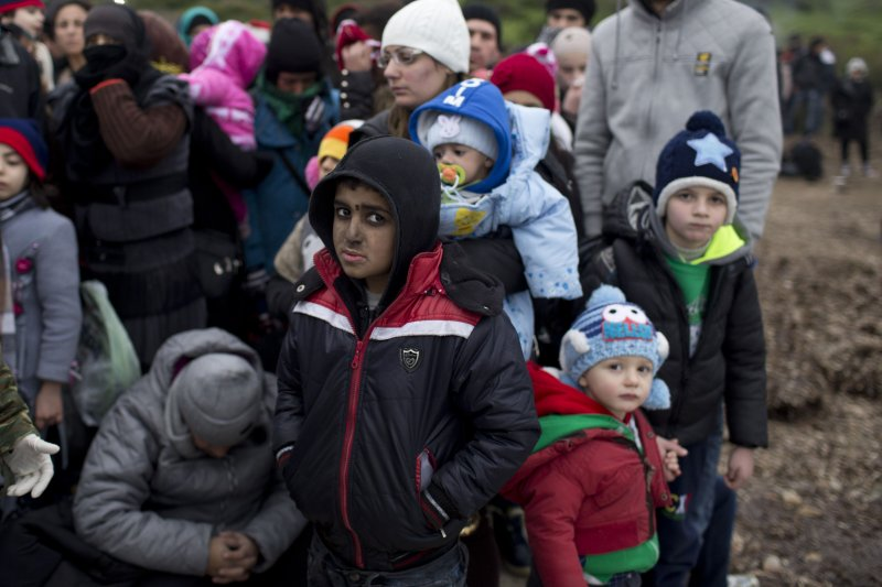 從希臘海灘上岸的敘利亞難民孩童。(美聯社)