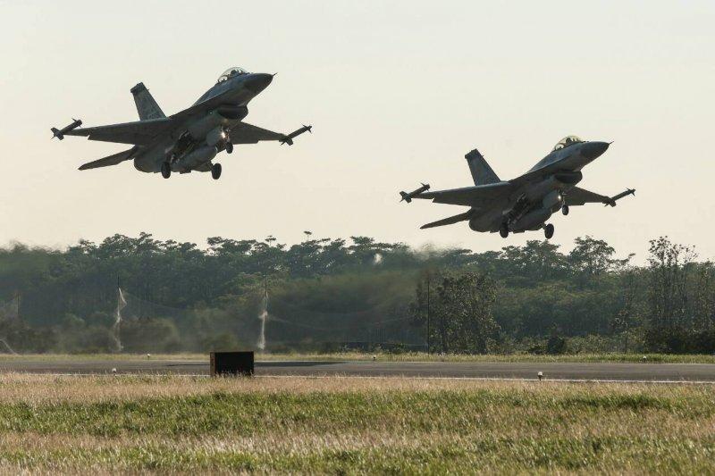 F16戰機在空軍嘉義基地演練,展示緊急起飛與潛力裝掛演練。(顏麟宇攝)