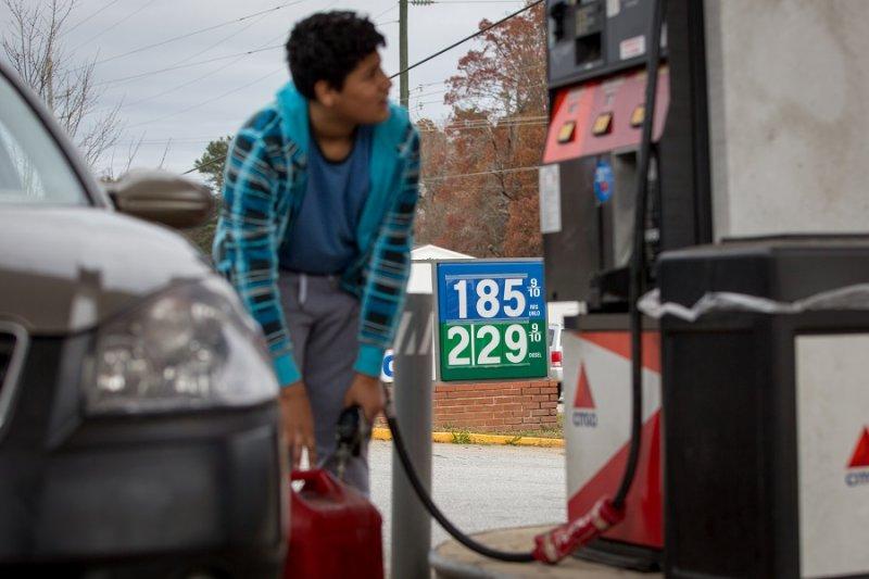 國際油價報復性反彈,3倍放空原油ETF的回補助漲氣焰。(美聯社)