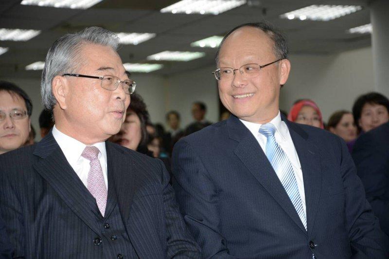 經濟部長鄧振中(右)、新金寶集團董事長許勝雄(左),經濟部成立TPP溝通專案辦公室。(林俊耀攝)