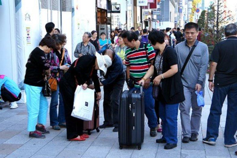 在東京銀座的中國遊客。(BBC中文網)