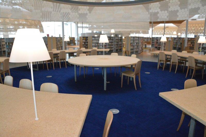 日本岐阜市市立中央圖書館中央圓形地帶設置的「YA專用席」。(翻攝日本岐阜市市立中央圖書館官網)