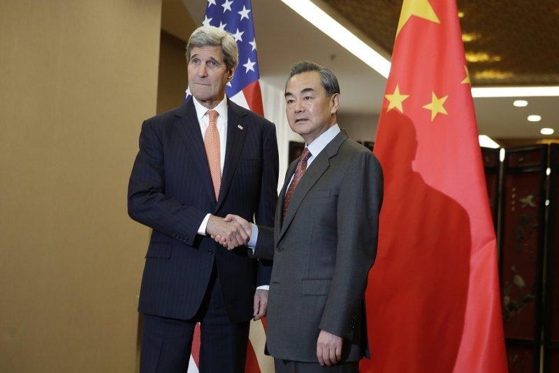 美國國務卿凱瑞(左)與中國外交部長王毅(右)會談主題有三:朝鮮、台海、南海。(美聯社)
