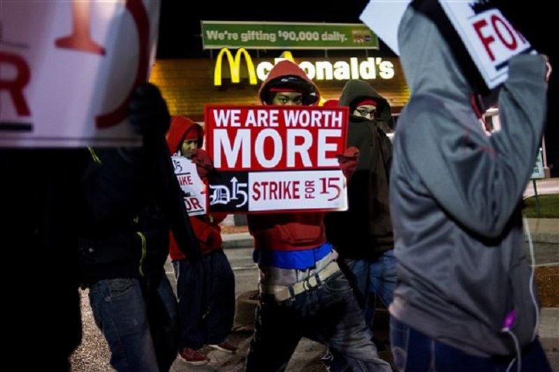 美國三十五州麥當勞員工串連爭取最低薪資。(美聯社)