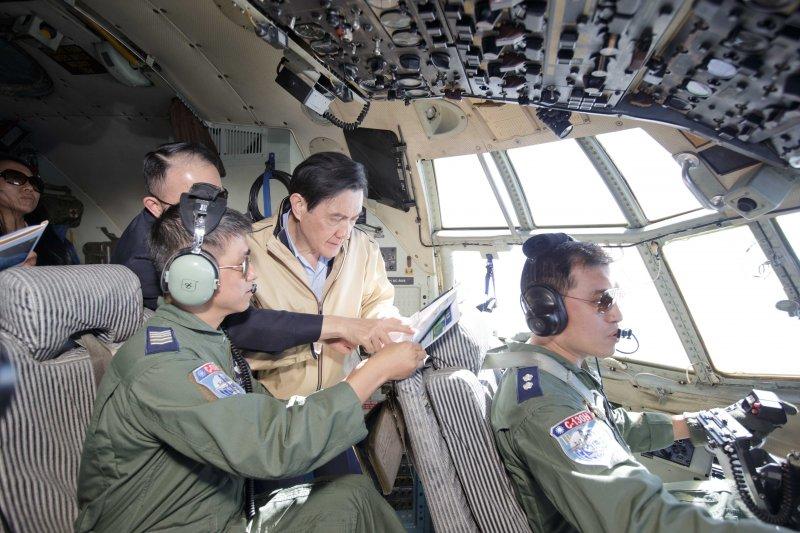 馬總統28日搭機去太平島。(總統府提供)