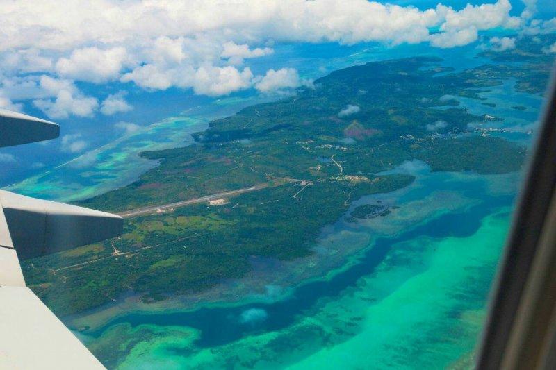 從飛機上看帛琉,一片碧綠蔚藍,有如上帝為人類準備的最後樂園。(圖/邱宏照提供)