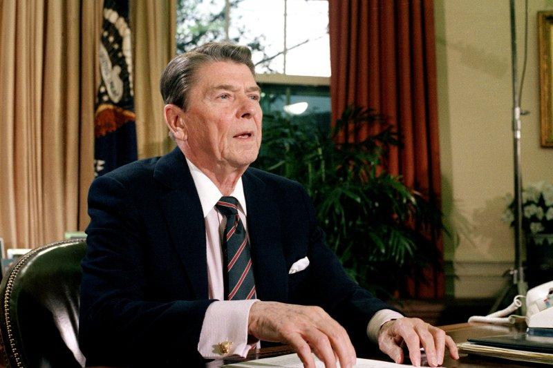 意外發生後,當時的美國總統雷根發表電視演說。(美聯社)