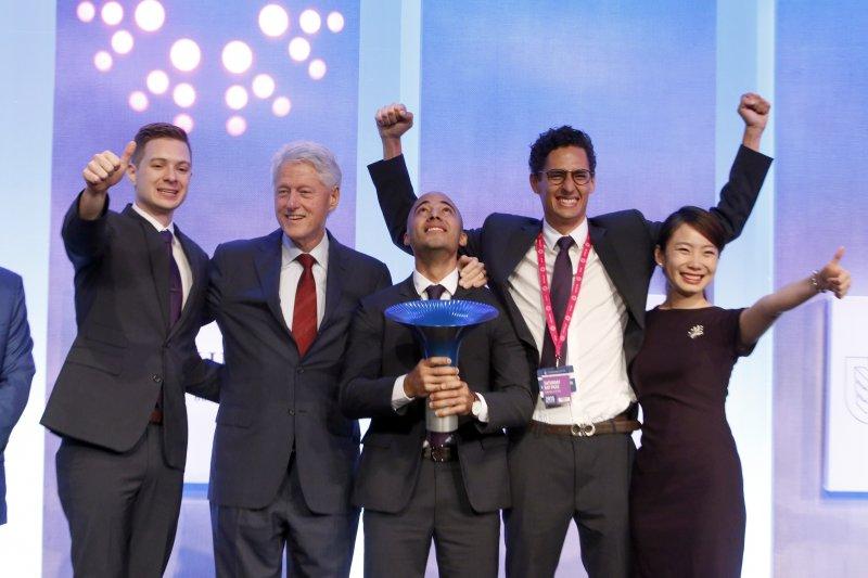 政大IMPCT 團隊在今年九月從美國前總統柯林頓手中接下霍特獎(Hult Prize)全球冠軍寶座(圖╱陳安穠提供)