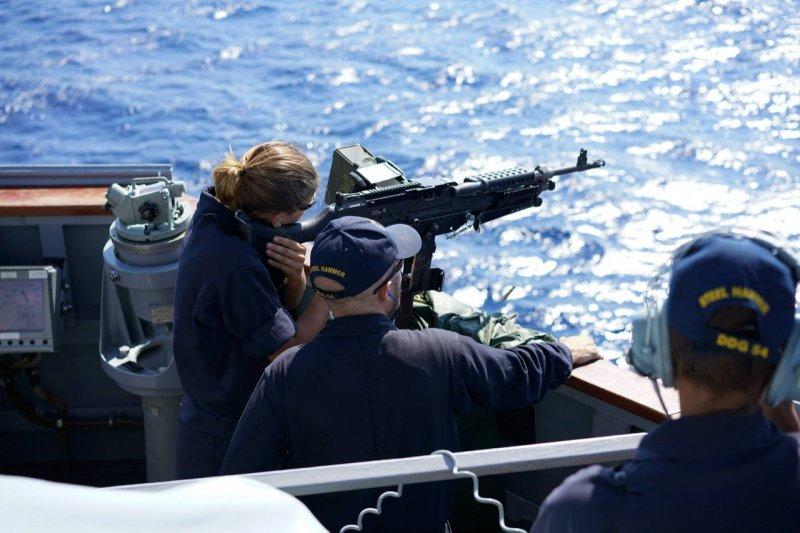 柯蒂斯·威爾伯號驅逐艦的水兵正在演練海上射擊。