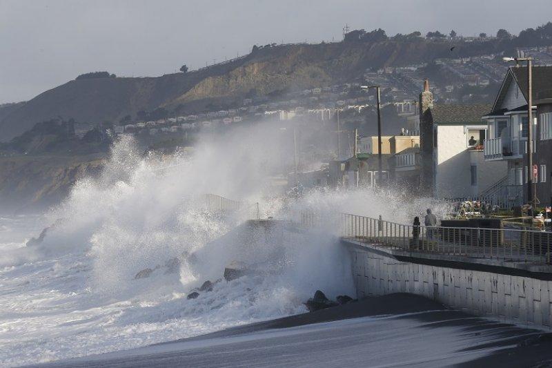 美國加州帕西菲卡的海岸受到聖嬰現象暴風掀起的巨浪襲擊(美聯社)