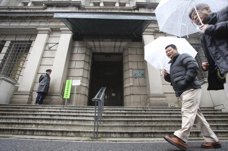 日本經濟自80年代末期即步入通貨緊縮,這40多年來,日本中央銀行相繼推出多項措施,包括零利率政策、量化寬鬆政策、質化及量化寬鬆政策、負利率政策等,希望能有效提振日本的通貨膨脹率。(資料照,美聯社)