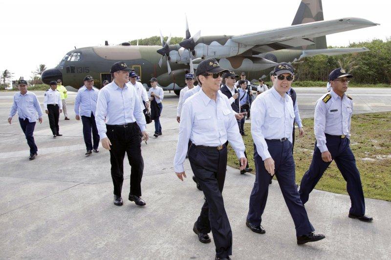 馬英九總統元月底搭專機飛抵南沙太平島巡視(總統府提供)