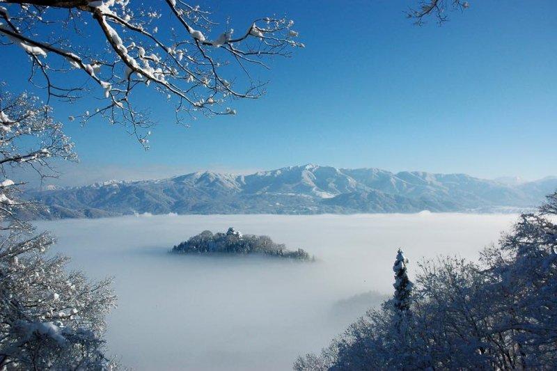 素有「天空之城」美稱的越前大野城,染上一層白霜後更添風采。(翻攝越前大野臉書)