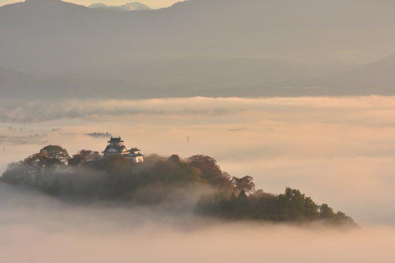 清晨的陽光灑落在龜山上,宛若一幅山水畫。(翻攝越前大野城官網)