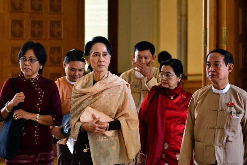 翁山蘇姬(左二)29日抵達緬甸國會。(美聯社)