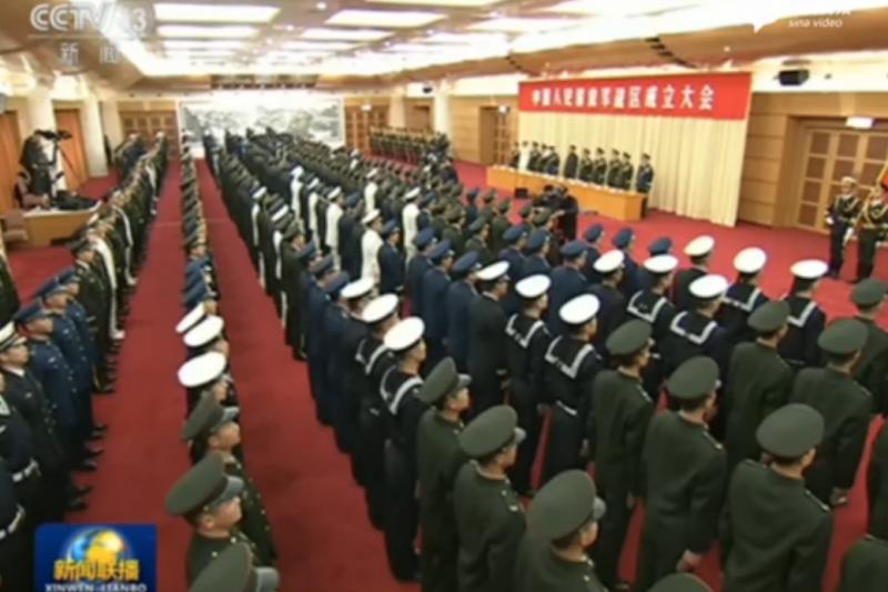 解放軍五大戰區正式成立,習近平向司令員授予軍旗。
