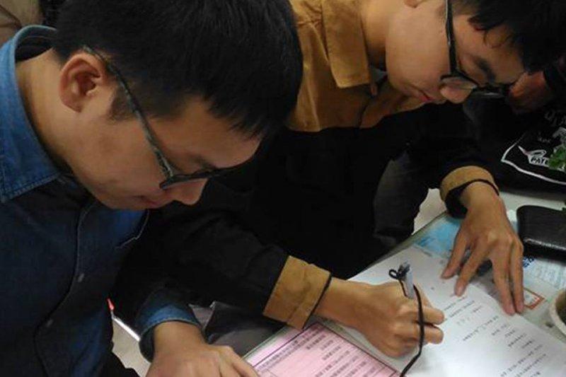 楊智達與其伴侶於1日至台南市東區戶政事務所進行伴侶註記。(圖片取自楊智達臉書)