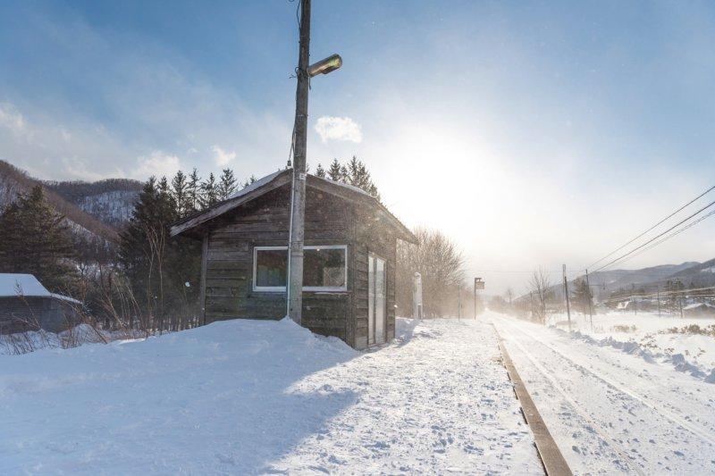 佇立在大雪中的「秘境車站」(圖/Wise Camera)