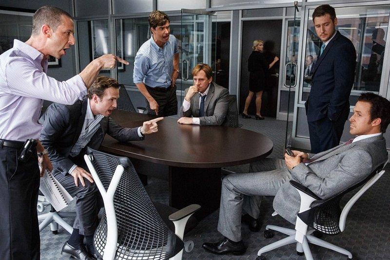 以2008年金融海嘯與次貸為背景的電影《大賣空》劇照。