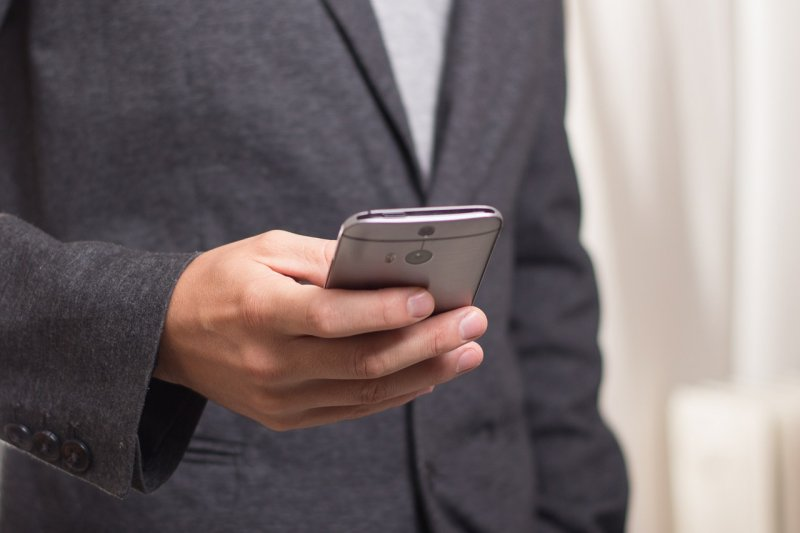 不需要動不動查男友手機,但這四句經典謊言一出口,可就得提高警覺(圖/niekverlaan@pixabay)