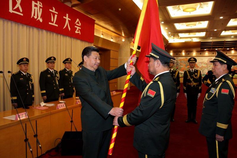 中國最高領導人習近平為五大戰區授旗(美聯社)