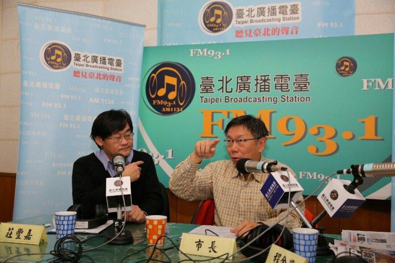 台北市長柯文哲(右)接受台北電台專訪表示,將擁擠費、高承載做法先壓著到最後,先調整捷運文湖線的班距。(台北市政府提供)