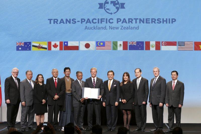 《跨太平洋夥伴協定》(TPP)4日在紐西蘭正式簽署,全體12個會員國的談判代表於會後合照。(美聯社)