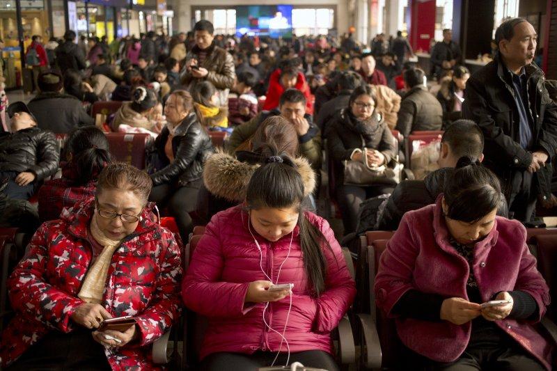 2016年中國春運返鄉人潮依然擁擠。(美聯社)