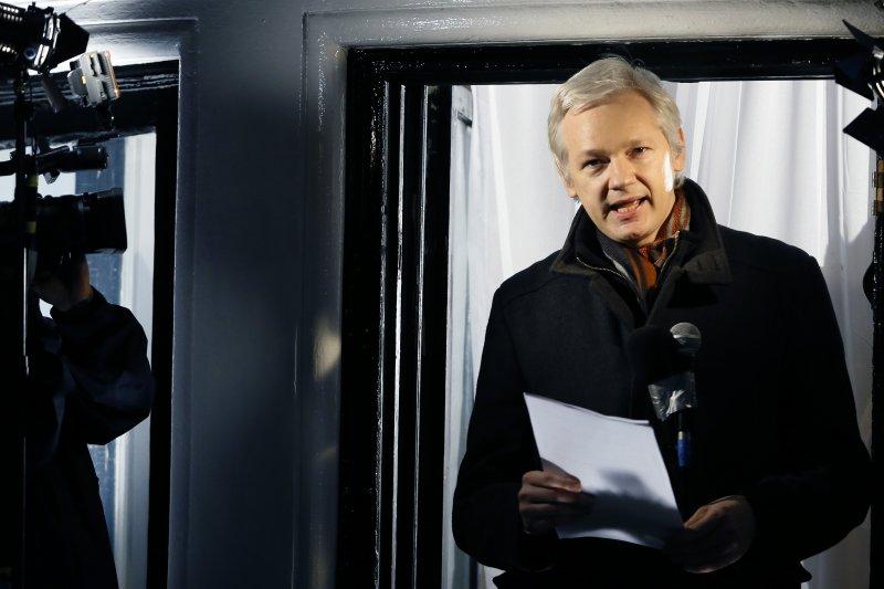 2012年,阿桑奇透過大使館的陽台和媒體接觸(美聯社)