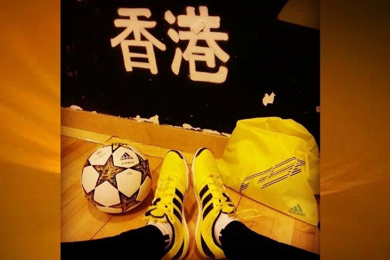 香港花式足球好好手施寶盛在街頭表演,被質疑為什麼器材貼的是香港區旗而非中國五星旗。(取自施寶盛臉書)