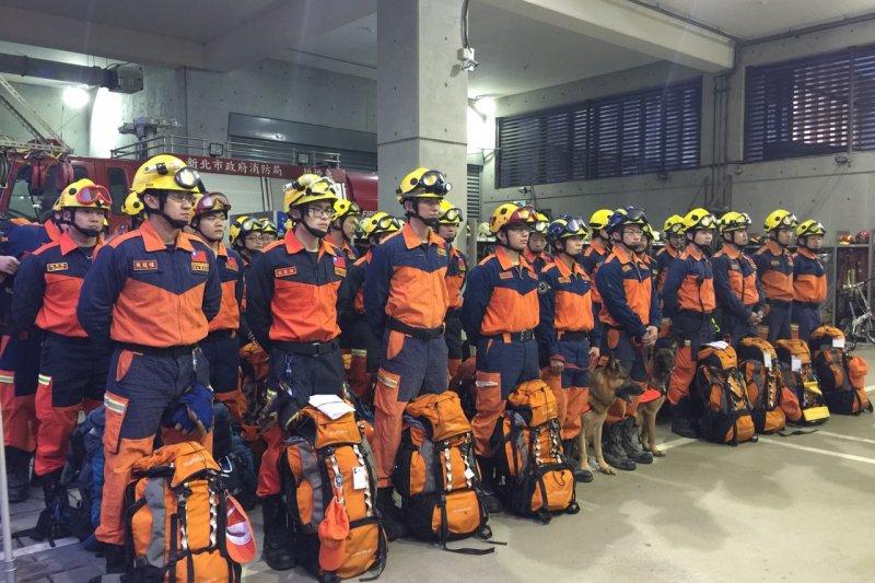 南部大地震,新北市動員特搜隊一早就南下協助救災。(新北市政府提供)