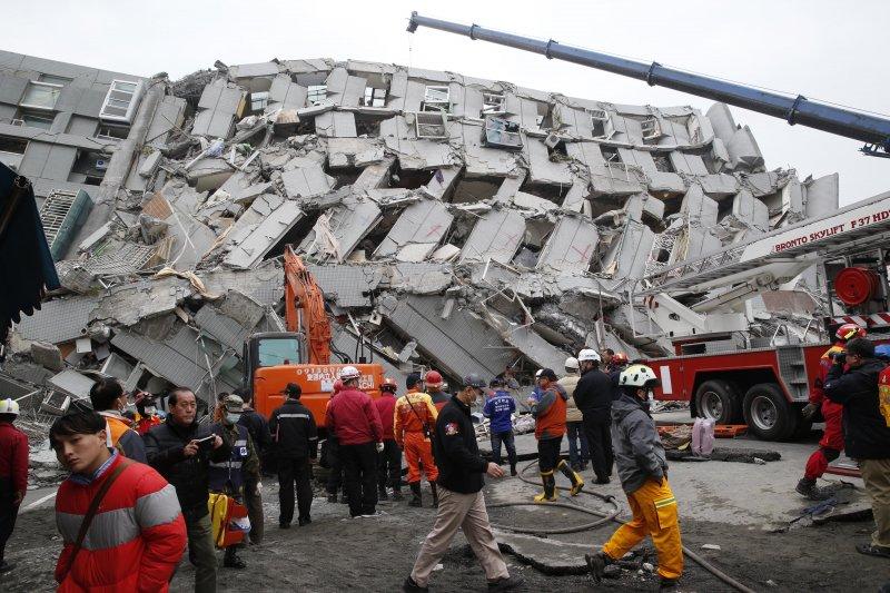 地震提醒大眾國內「公老危」問題。圖為2016年台南維冠大樓遭強震震垮。(資料照片,美聯社)