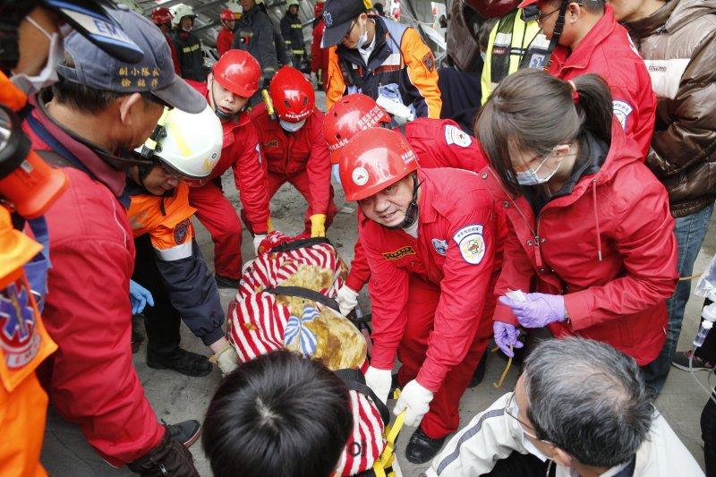 台灣南部大地震,台南市永康區維冠大樓遭強震震垮,災情慘重,救難人員全力搶救。(美聯社)
