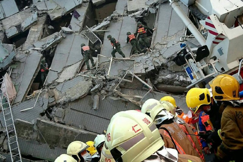 南部大地震,台南市永康區維冠大樓遭強震震垮,國軍全力救援受困民眾。(國防部)