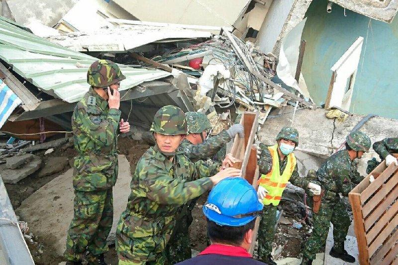 筆者希望可以化對不起為感謝,體諒軍人的辛苦。圖為台南大地震,國軍全力救援受困民眾。(國防部)