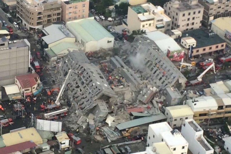 南部大地震,台南市多幢大樓遭強震震垮,災情慘重。(國防部提供)