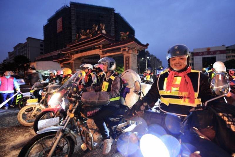 在福建石獅加油站準備出發的摩托車大軍。(圖:Imaginechina)