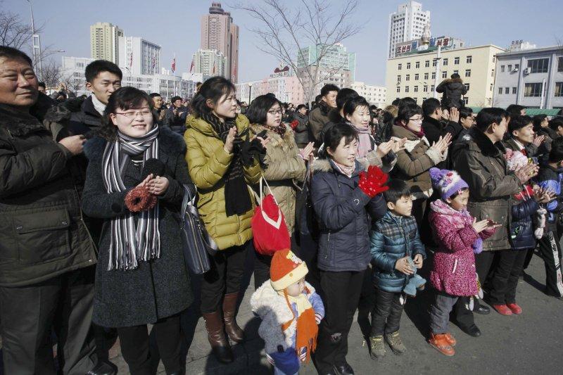 得知「衛星」發射成功後,北韓民眾鼓掌(美聯社)