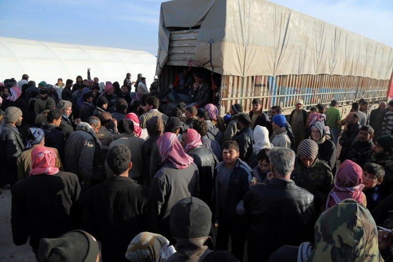 敘利亞難民群聚於邊界大門處(美聯社)