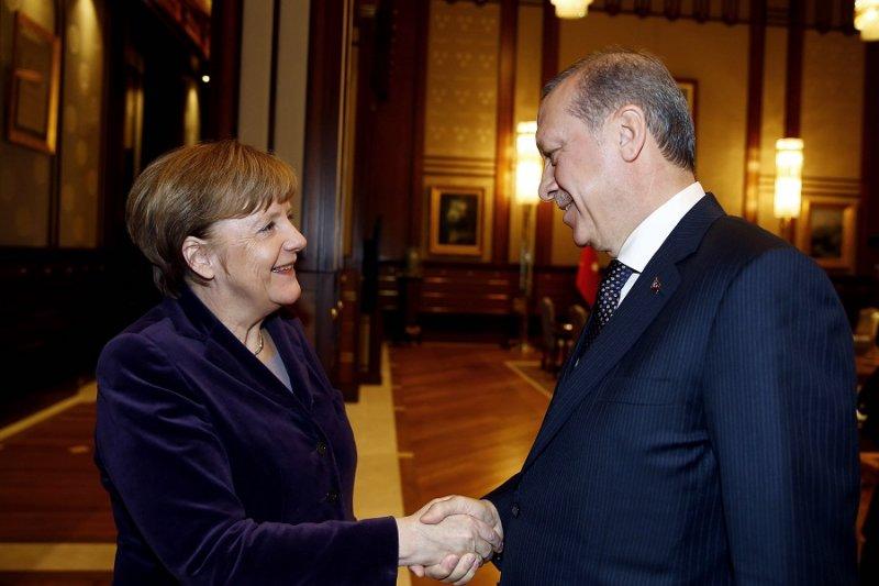 德國總理梅克爾(左)及土耳其總統艾爾多安(右)。(美聯社資料照)
