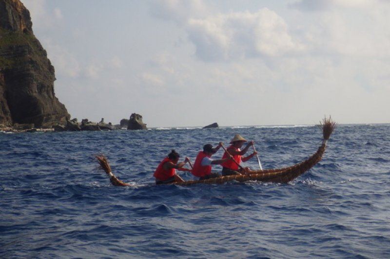 日本國立科學博物館,調查古渡海路線。科學家利用與那國島自產的長苞香蒲製作的「的的喀喀湖型草舟」。
