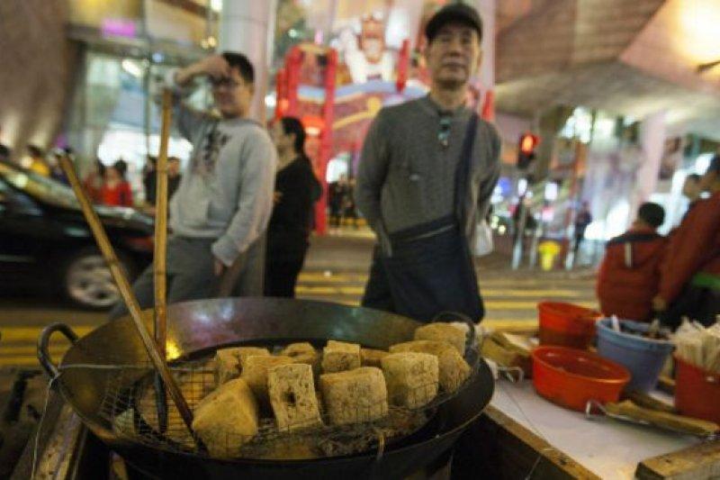 香港街頭小販由來以久,而街頭小食如咖喱魚蛋(魚丸)、雞蛋仔等亦都成為香港本土文化的一部分。但自1970年代開始,政府不再發放街頭熟食小販牌照,小販文化也隨之日漸式微。(BBC中文網)