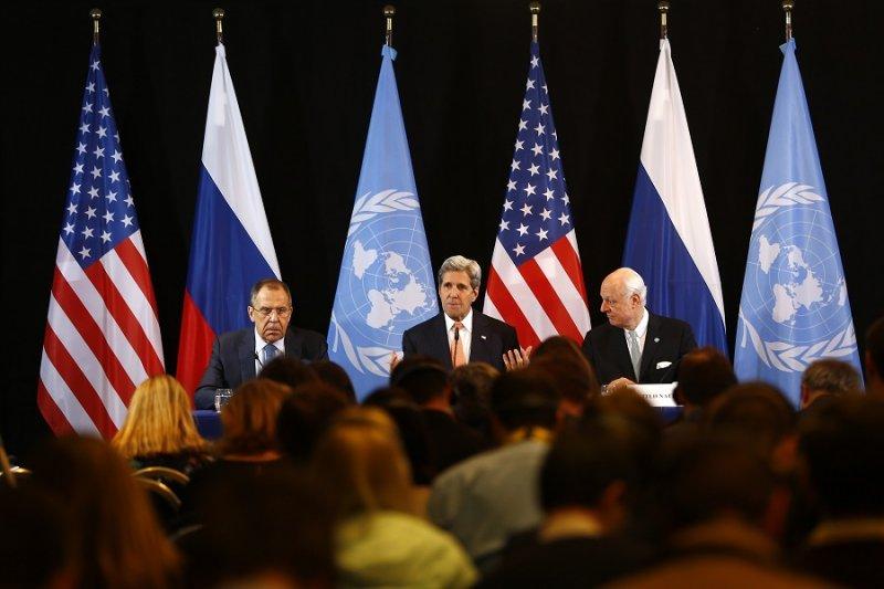 (左至右)俄國外長拉夫羅夫、美國國務卿凱瑞與聯合國秘書長敘利亞問題特使德米斯圖拉。(美聯社)