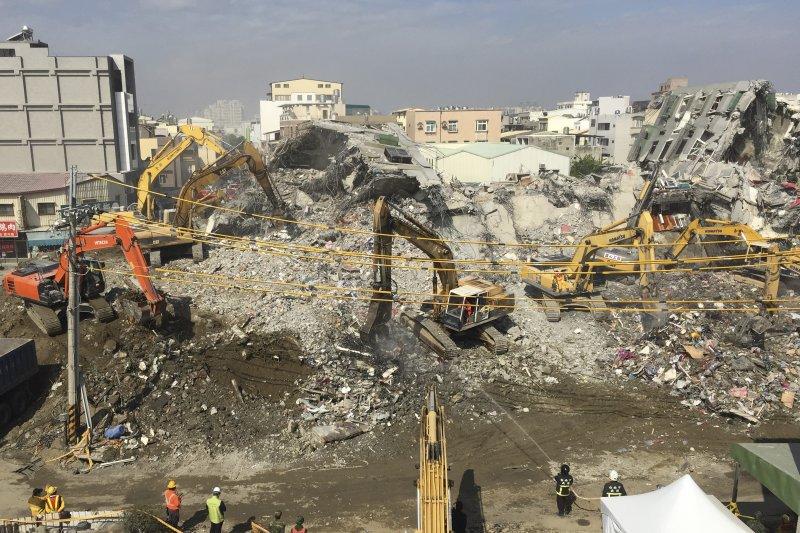 台南維冠金龍大樓倒榻是否和土壤液化有關?學者表示,土壤液化會讓建築物下陷、傾斜,但不會讓整棟大樓崩塌。(資料照,美聯社)
