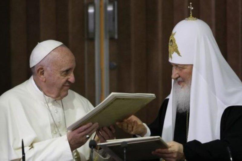 天主教教宗方濟各與俄羅斯正教會牧首基里爾(右)在古巴會面 (取自美聯社)