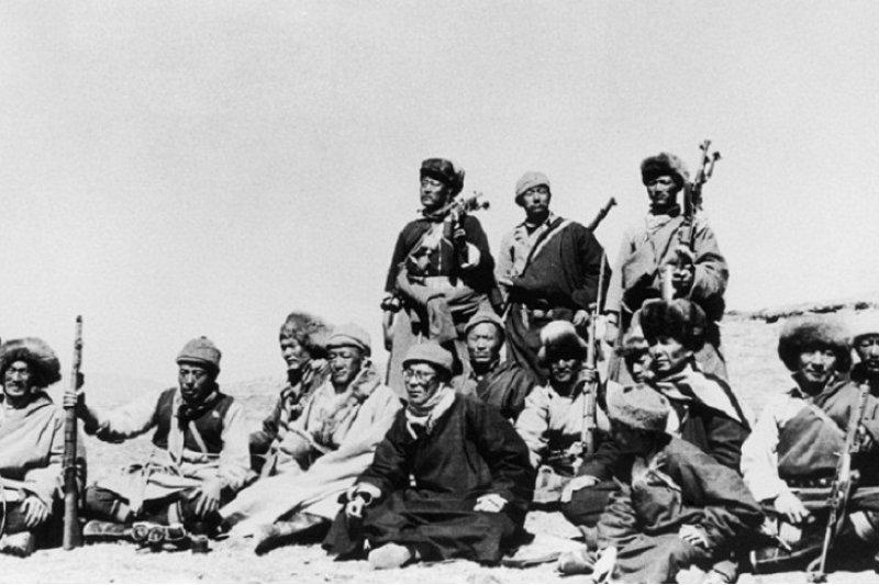 1959年,喬裝成農民的達賴喇嘛在中情局訓練的特務人員的陪同下逃往印度。(中新網)