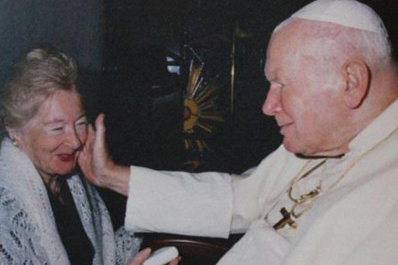 已故教宗若望保祿二世(右)與紅粉知己蒂米涅茨卡(左)相交逾30年。(取自推特)