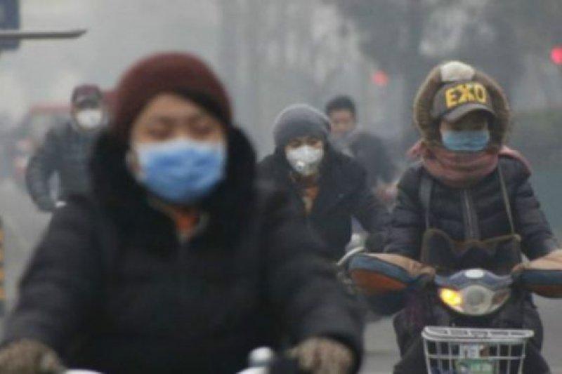 中國北方冬季燃煤取暖季節的霧霾天,PM2.5經常超標數倍。(BBC中文網)