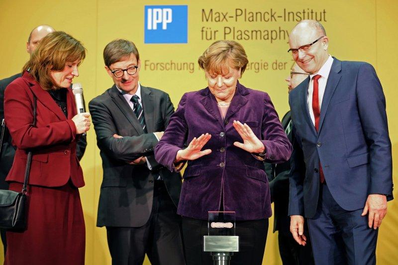 德國總理梅克爾(右二)3日出席了運轉啟用儀式。(美聯社)